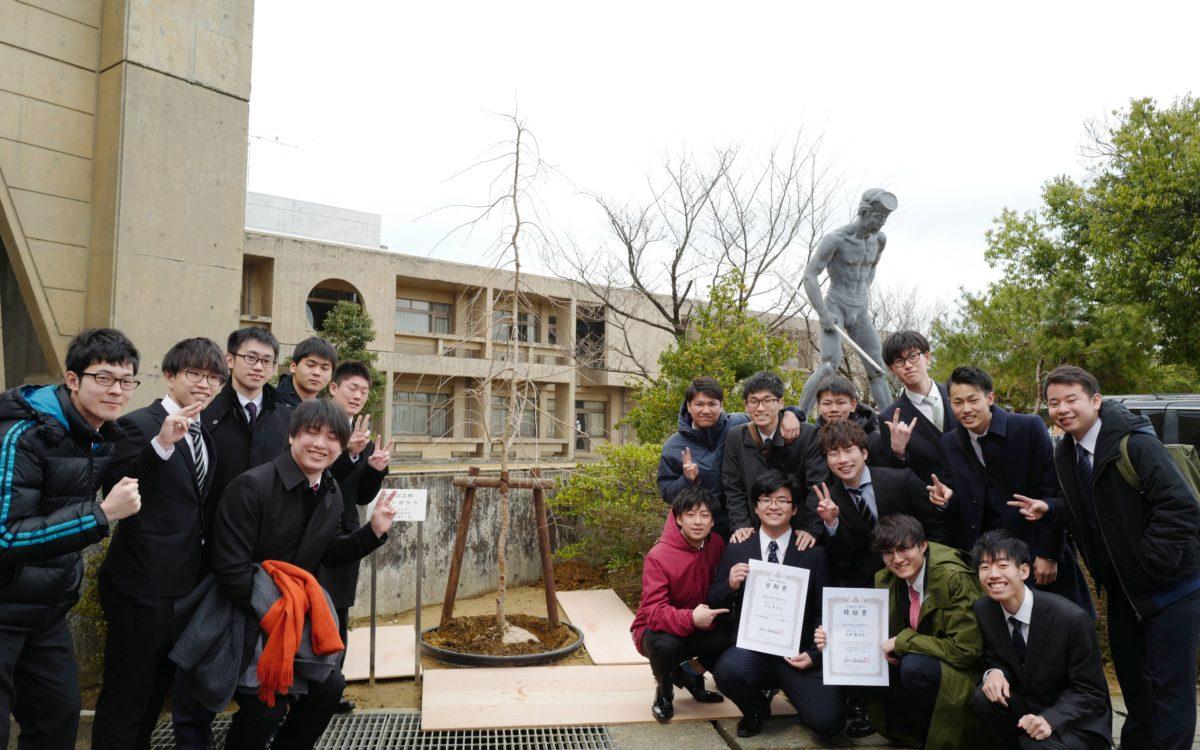 第53回卒業生によるシダレザクラの植樹式が行われました。
